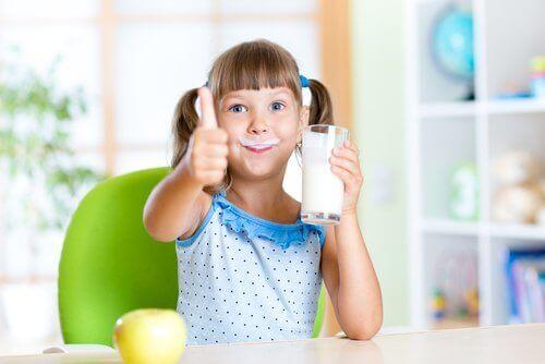Meisje geniet van haar melk