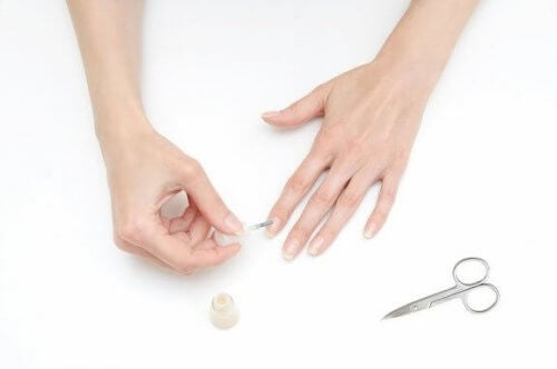 Hoe je nagels te lakken zonder het op je huid te krijgen