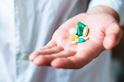 Hand met pillen