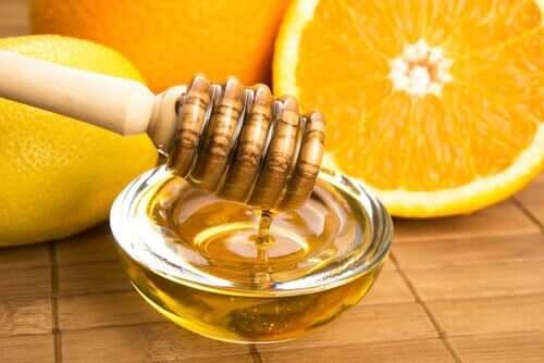 Remedie met honing, sinaasappel en gember