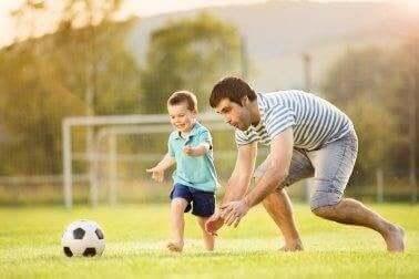Vader en zoon aan het voetballen