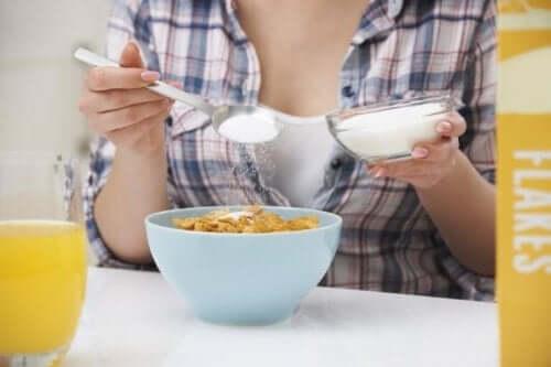 Vrouw eet granen als ontbijt