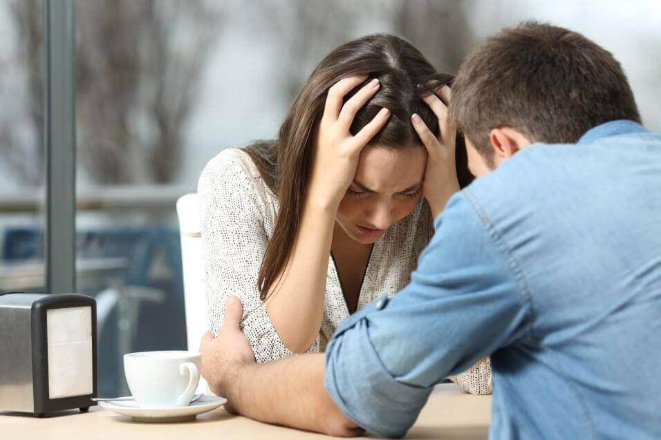 Man en vrouw bespreken uit elkaar gaan