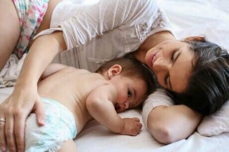 Een alleenstaande moeder met haar baby