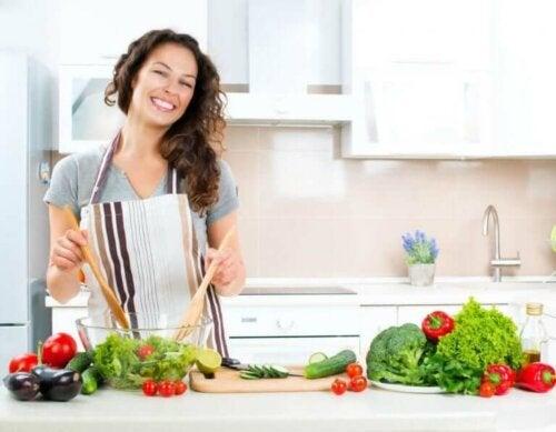 Een vrouw bereid een salade
