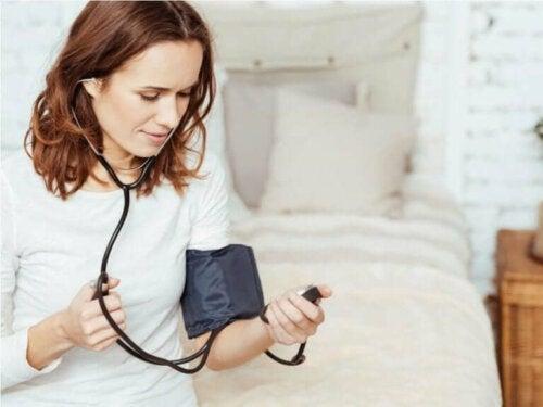 Een vrouw meet haar bloeddruk