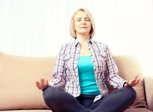 Een vrouw doet aan meditatie