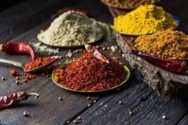 5 natuurlijke specerijen om kniepijn te bestrijden