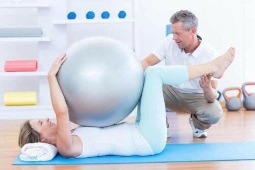 Een vrouw doet aan pilates