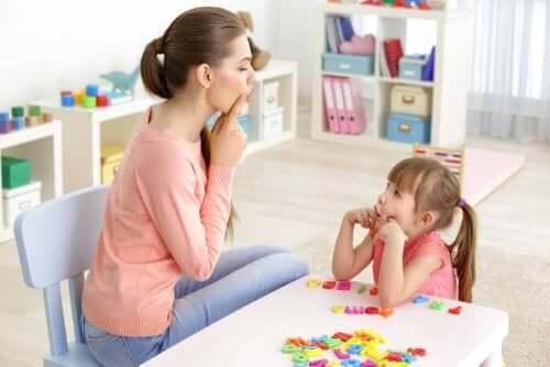 Moeder en kind oefenen het zeggen van letters