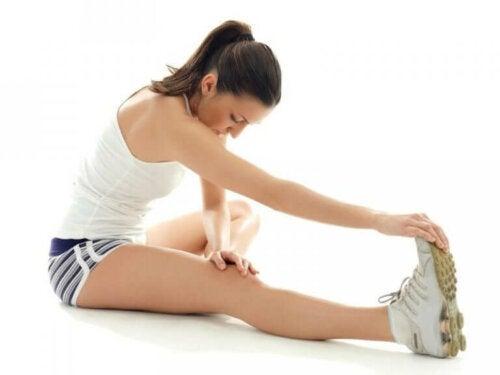 Een vrouw doet strekoefeningen