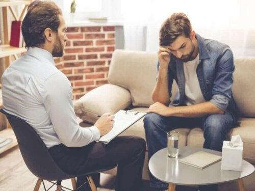 Een man praat met een therapeut