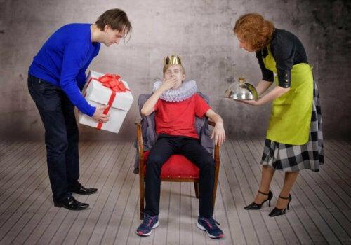 Een kind met een kroon op het hoofd en ouders als dienstbodes