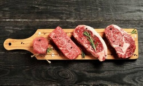 Vlees op een houten plank