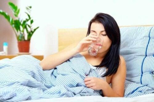 Een glas water drinken op een lege maag