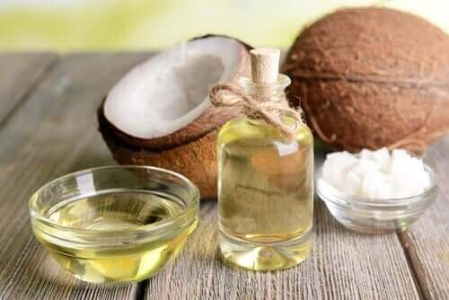Flesje kokosolie en losse kokosnoten