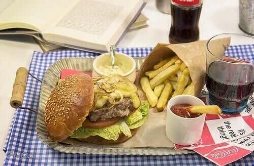 Hamburger met patat en een cola