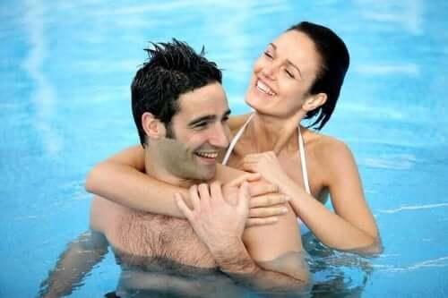 Blij koppel in zwembad