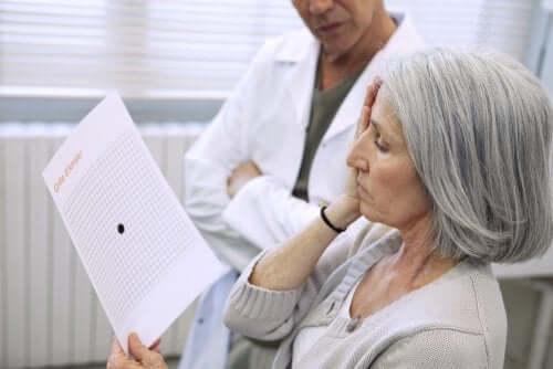 Een vrouw doet een oogtest bij een arts