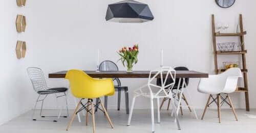 Een eettafel met stoelen eromheen voor een gezellige sfeer