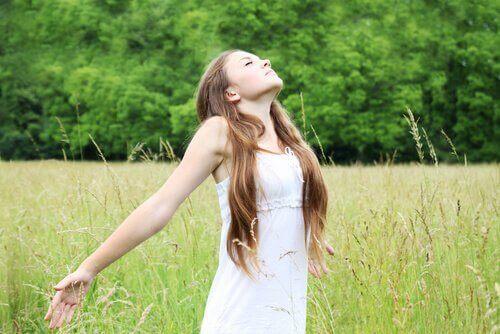 Een vrouw rekt zich uit in een veld