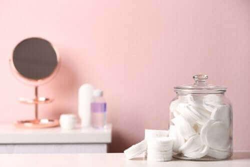 Potten hergebruiken om je badkamer op te ruimen