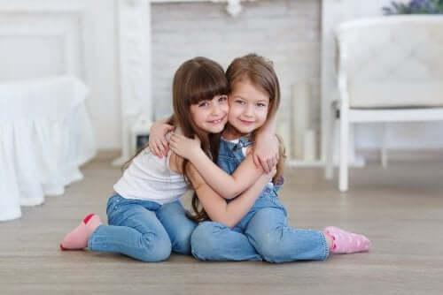 Hoe leer je je kinderen wie een echte vriend is