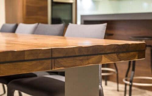 Een houten tafel