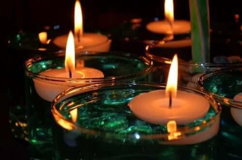 Kaarsen geven het huis een gezellige sfeer