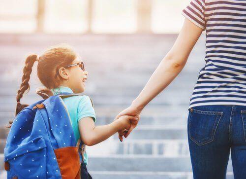 Kind aan de hand van ouder op weg naar de beste school