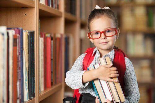 Een kind met een stapel boeken