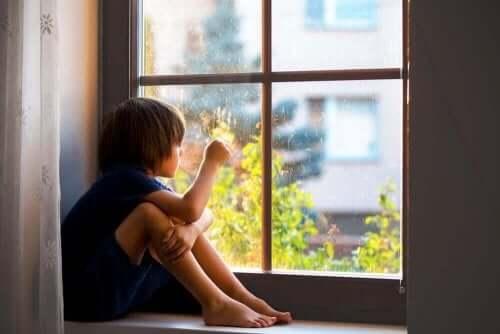 Een kind kijkt uit het raam