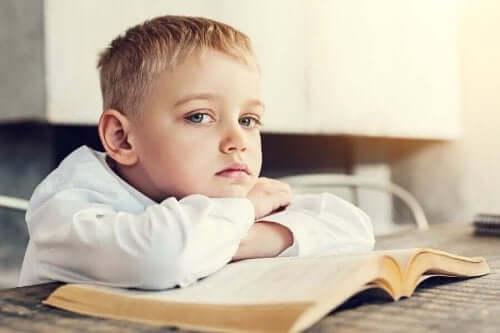 Een jongetje dat zich verveelt