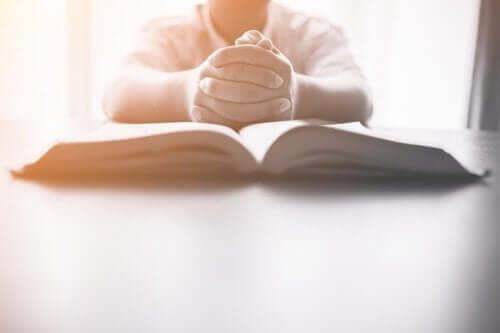 Een kind met een groot boek voor zich