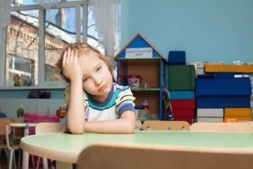 Een meisje verveelt zich