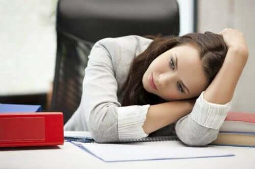 Een depressieve vrouw op haar werk