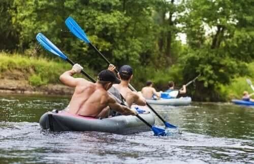 Mannen kanoën op een rivier