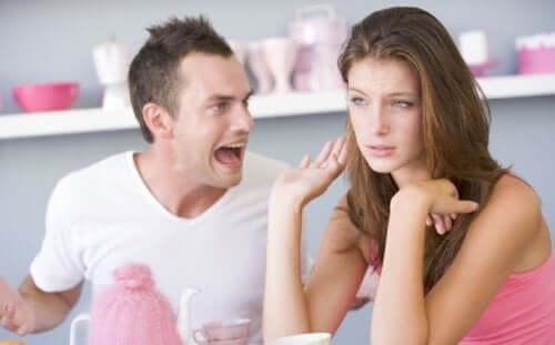Een man schreeuwt tegen een vrouw