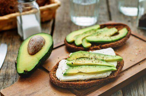 Veganistische kaas op brood met avocado
