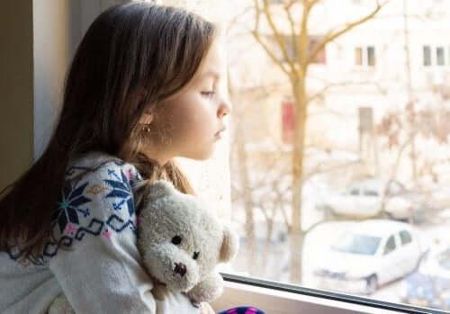 Triest meisje alleen met haar beer