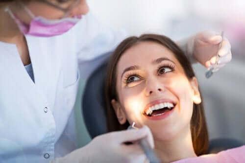 Vrouw bij tandarts