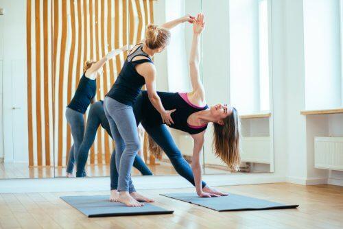 Vrouwen in een yogapose