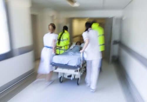 Hulpverleners en artsen in een ziekenhuis