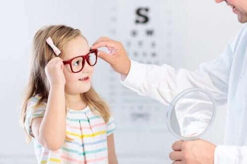 Een meisje met haar oogarts