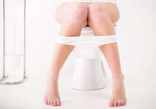 Een vrouw op het toilet