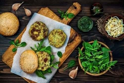 Veganistische burgers met quinoa