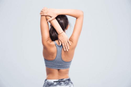 Vrouw doet rekoefeningen