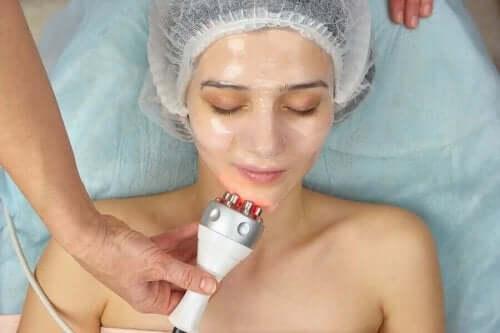 Vrouw krijgt een gezichtsbehandeling