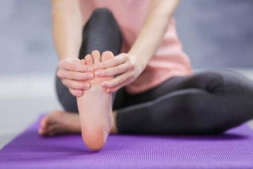 Vrouw heeft last van haar voet