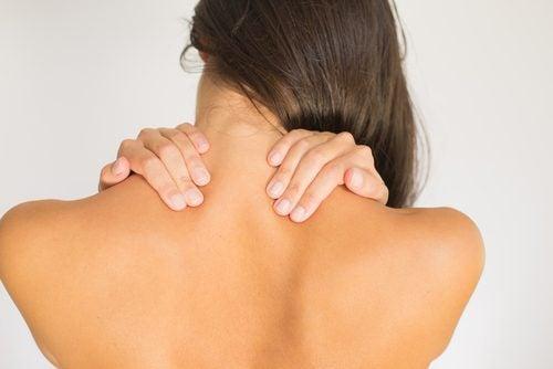 Vrouw masseert haar nek